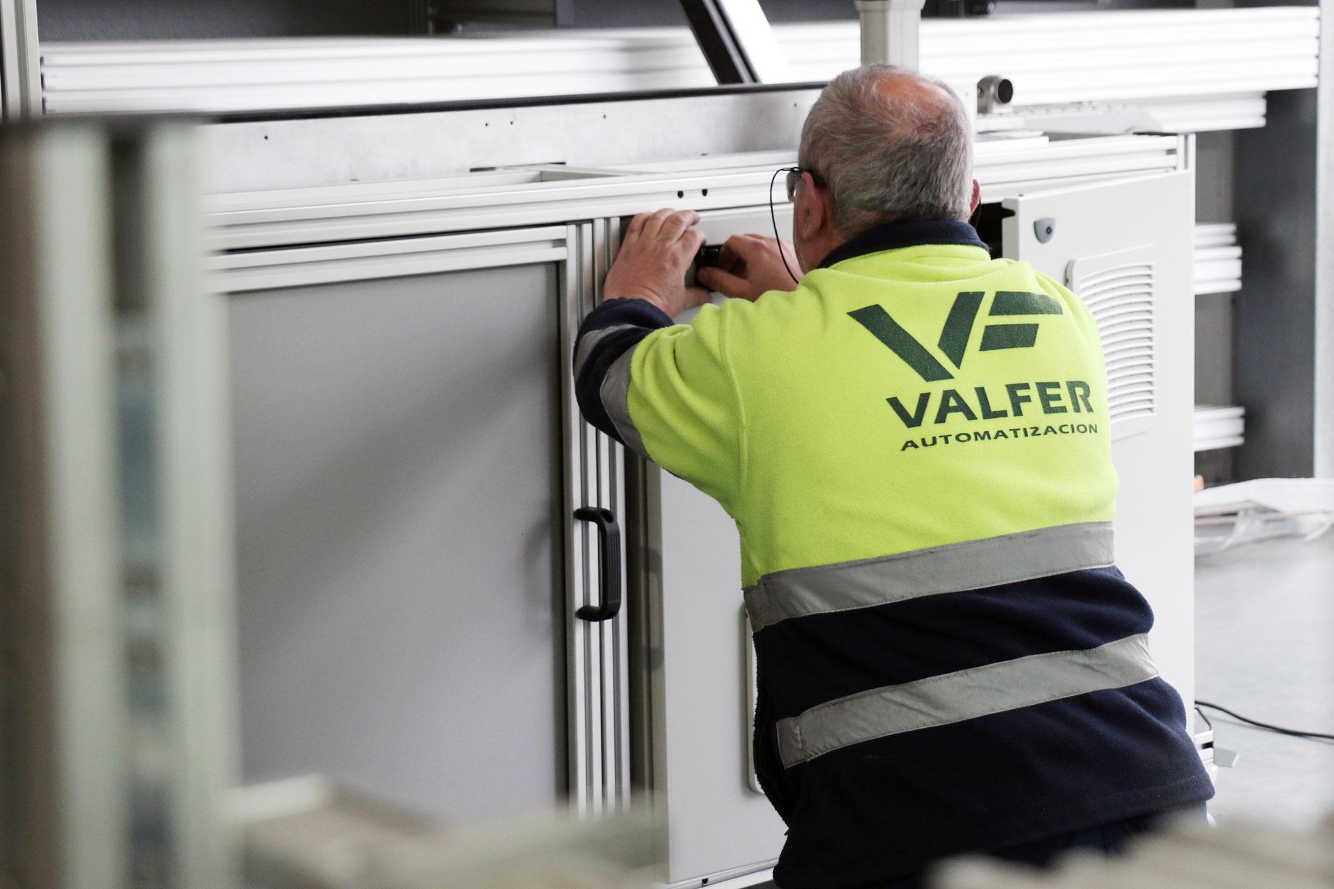 Trabajador de VALFER Automatizaciones Industriales rematando máquina de inspección